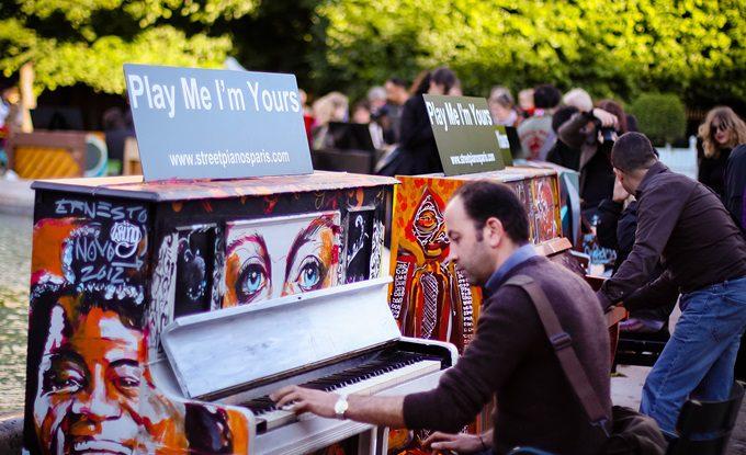 Play me im yours instalacija u Bosotnu, besplatni klaviri
