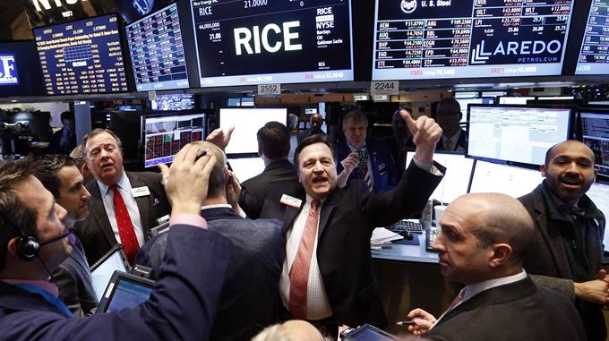 Traders work on the floor of the New York Stock Exchange Friday, Jan. 24, 2014.  (AP Photo/Jason DeCrow)